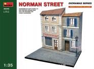 Normandie-Straße mit Häuserfronten