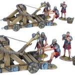 Römischer Onager mit 3 Artilleristen in roten Tuniken