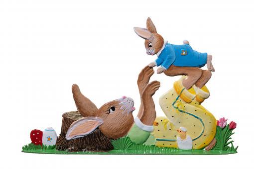Der Osterhase spielt mit einem Hasenkind