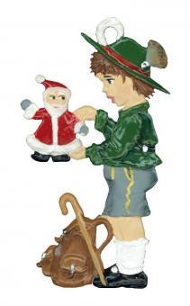 Ein bayerischer Junge spielt mit der Weihnachtsmannpuppe