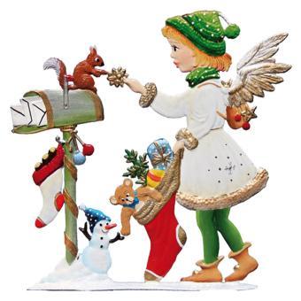 Ein Weihnachtsengel mit Weihnachtsstrumpf am Briefkasten
