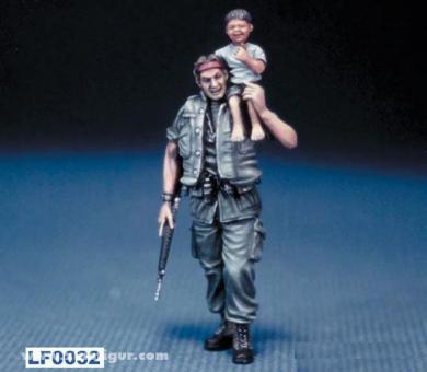 US Soldat mit vietnamesischem Kind