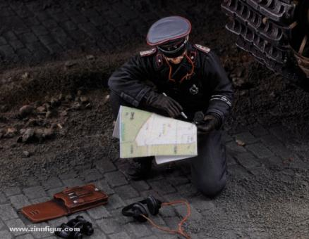Waffen SS Panzerkommandant mit Karte