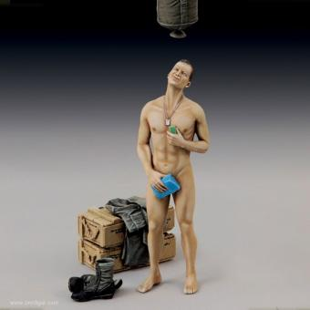 Moderner Soldat beim Duschen