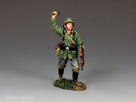 Deutscher Soldat mit Granate