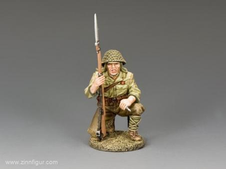 Kniender Japanischer Soldat mit Granate