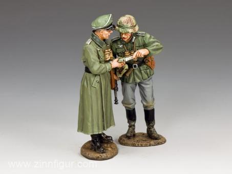 Gruppe: Wehrmachtoffizier und Unteroffizier beim Kartenlesen