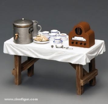 Tisch mit Tee und Sandwiches