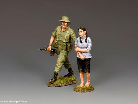Australischer Soldat hilft verwundeter Vietnamesin
