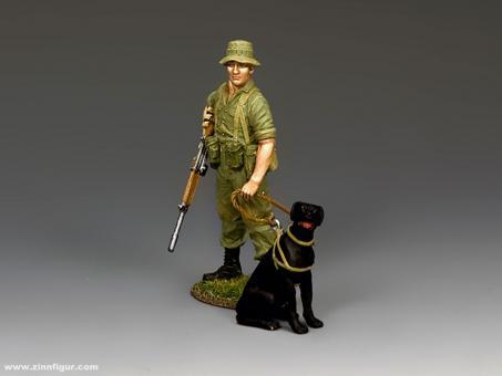 Australischer Soldat mit Spürhund