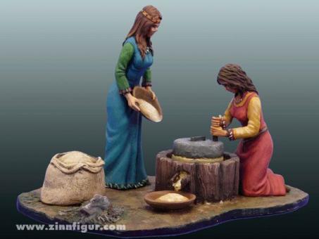 Frauen beim Getreidemahlen