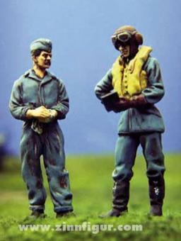 RAF Pilot und Bodenpersonal gehen Checkliste durch