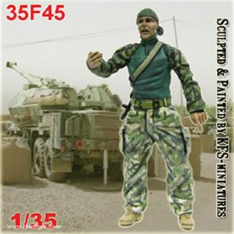 Soldat in Sweatshirt