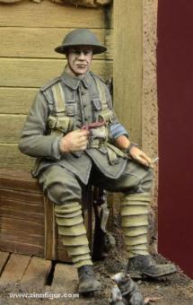 Britischer Infanterist, auf Kiste sitzend