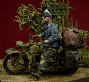 """Offizier """"Div. Hermann Göring"""" mit Motorrad-Zubehör"""