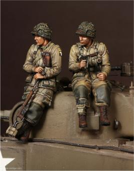 US Army Airborne Lieutenant & Sergeant auf Sherman-Panzer sitzend