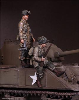 US Army Airborne Soldat & Sergeant auf Sherman-Panzer sitzend