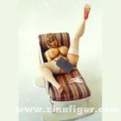 Pin-up: Dame auf Sofa