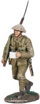 Britischer Infanterist mit Tasse voll Tee