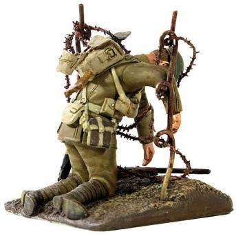 Britischer Soldat im Stacheldraht hängend.