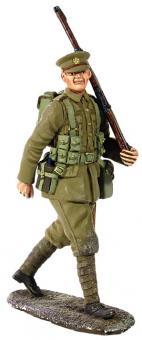Britischer Infanterist mit voller Ausrüstung, marschierend