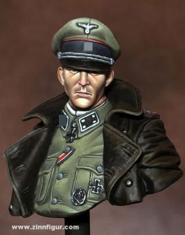 Waffen-SS-Offizier im Mantel